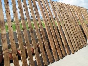 由於台灣的氣候溫溼度差異很大,所以選擇的木頭必須是乾燥材,要是求快而尚未乾燥,是很容易到客戶端家因為環境不同而變形,這是小節,卻不容忽視